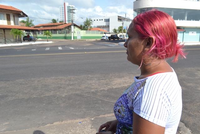 Luciene circula o dia inteiro pela orla em busca de informações sobre a filha