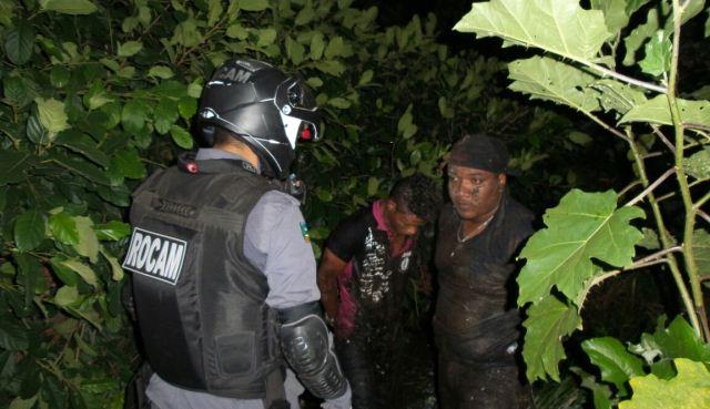 Policiais tiveram que entrar em um lago para prender os criminosos