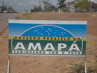 Placa de obra do governo paralelo com slogan