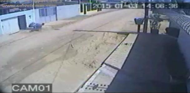 Momentos depois ele foge e chega a cair na saída da garagem. O professor tinha levado 5 tiros