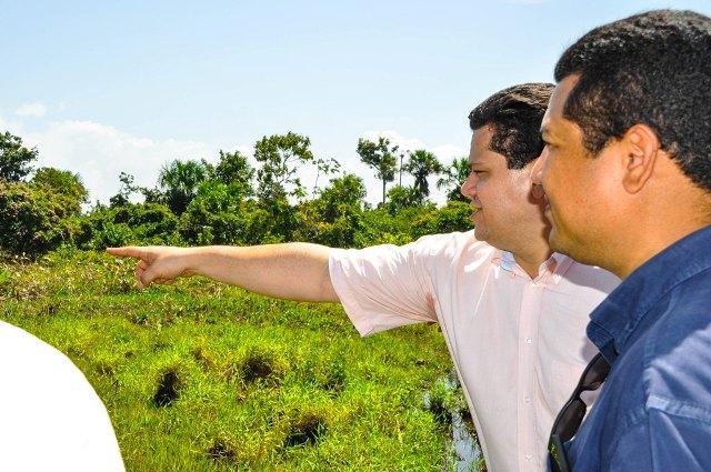 Senador Davi Alcolumbre conversa com secretário de Obras de Macapá, Rogério Cardoso. Fotos: Ascom/PMM