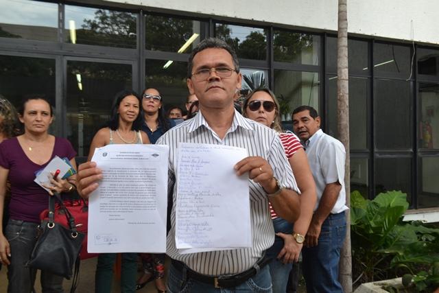 O professor Antônio Guterres mostra a lista de professores