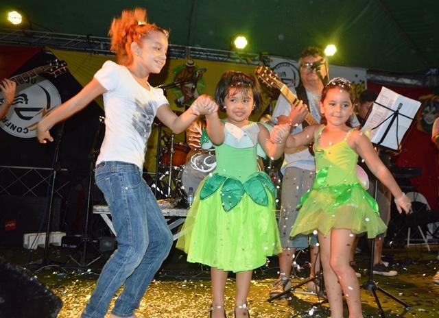 Crianças de todas as idades participam de concurso de fantasias