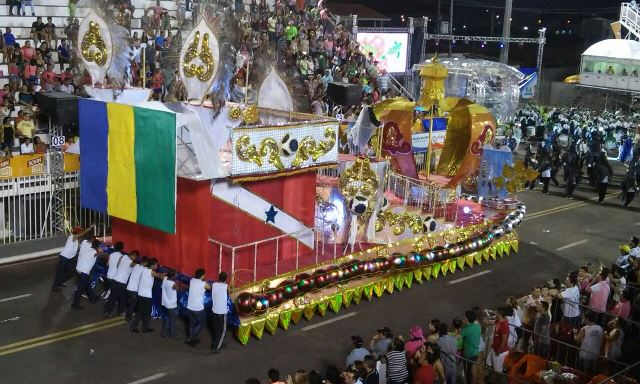 Segundo carro alegórico da Império do Povo. desfile começou com atraso, mas a pequena escola passou rápido pela avenida