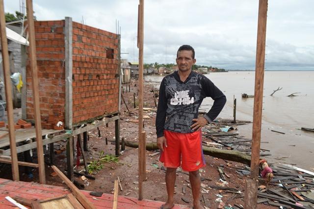 Manoel Jodoelson perdeu a casa e ainda espera ajuda da Prefeitura