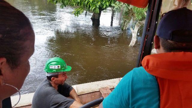 Moradores são retirados por guardas municipais. Fotos: Nailson Siqueira