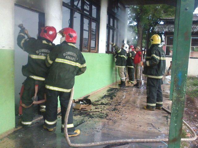 Bombeiros foram rápidos e impediram que o fogo se alastrasse. Fotos: CBM