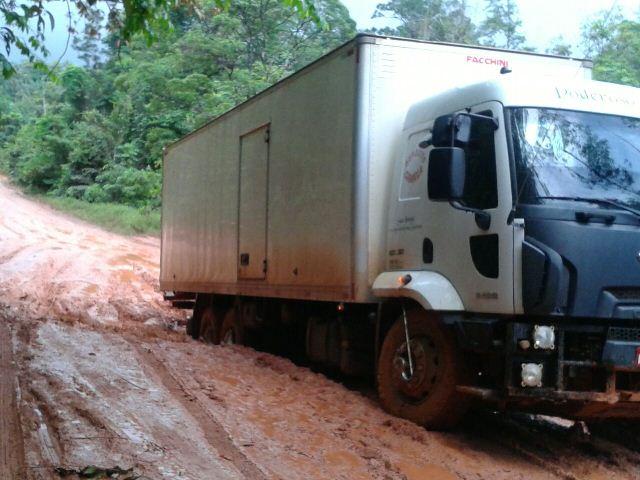 Caminhão baú engata no atoleiro