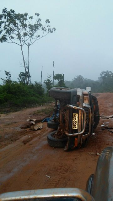 Trecho Sul da BR-156 no caminho para Laranjal do Jari: pick-up capotou na pista escorregadia