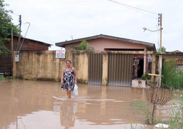 Dona Maria Celeste espera a água entrar na sua casa a qualquer momento