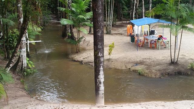 Igarapé é raso e com areia no fundo, ideal para crianças.