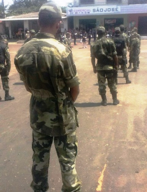 Membros da ONG usam uniformes militares