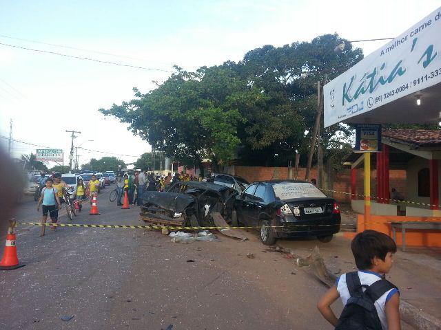Os dois veículos ainda atingiram o carro de um comerciante que estava estacionado
