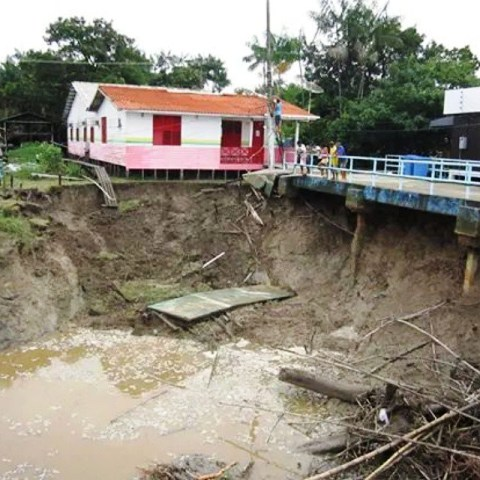 O posto de saúde da localidade está prestes a cair dentro do rio