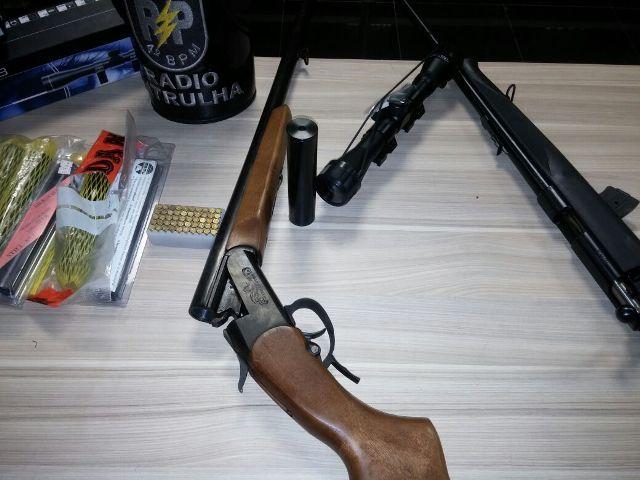 Além das armas, lunetas e silenciadores foram encontrados