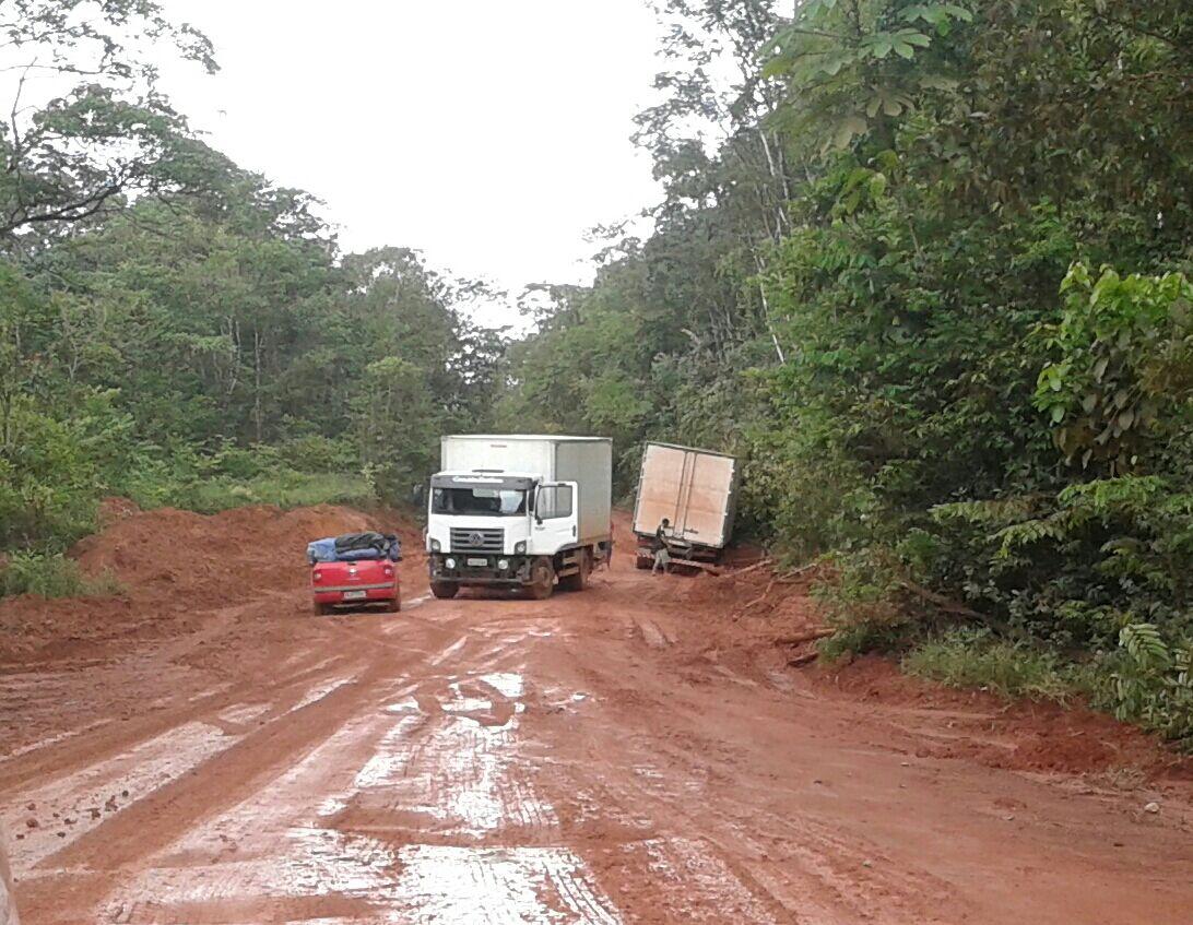 Motoristas ariscam a vida nos atoleiros entre Oiapoque eCalçoene
