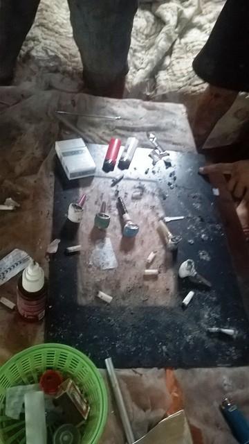 A mesa serve para as refeições e para preparar a droga