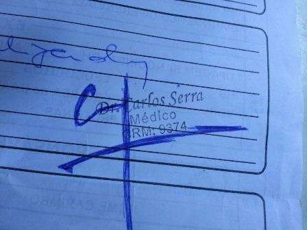 Carimbo do médico que está sendo denunciado pela família. Fotos e reportagem: Jair Zemberg