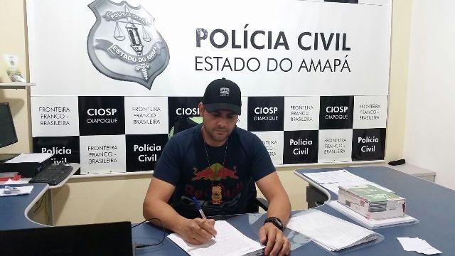 Delegado Paulo Cézar Vieira lavrando flagrante