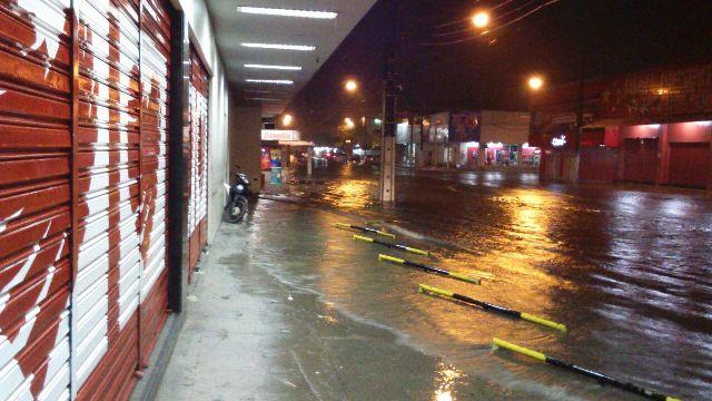 Lojas só não foram alagadas porque a chuva deu uma trégua antes da maré alta do Rio Amazonas
