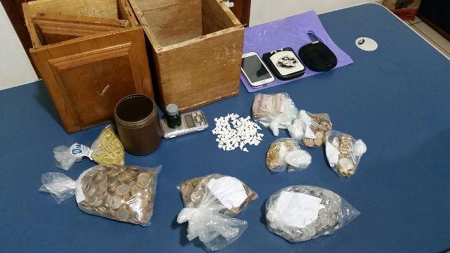 Drogas e dinheiro foram encontrados na casa de Conceição, de 57 anos . Fotos: Ciosp do Oiapoque
