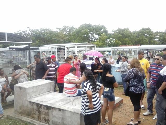 Familiares e amigos do taxista estavam revoltados durante o enterro do taxista
