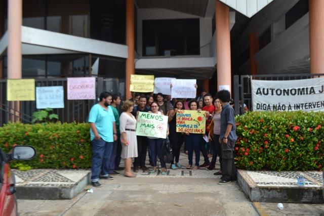 Protesto pela renovação de contratos e manutenção do prédio