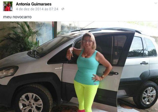 Professora comemorando o carro novo. Reprodução/Facebook
