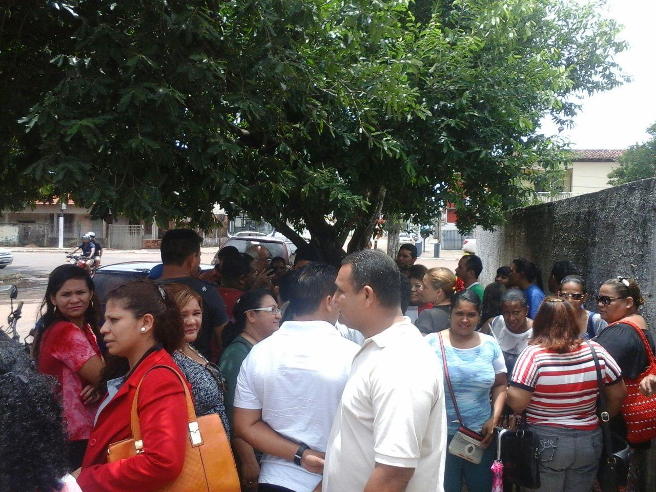 Os professores aprovados em 2012 acompanharam a reunião em frente ao prédio da Promotoria da Cidadania