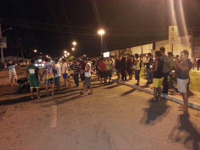 O protesto começou por volta das 20 horas com moradores bloqueando a BR-210