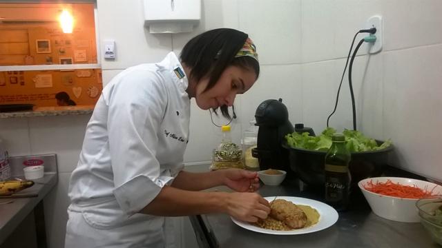 Aline Lobo dando os últimos retoques no prato