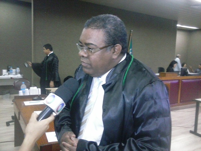 Advogado de Defesa Augusto Pinheiro: réu estaria em casa na hora da morte