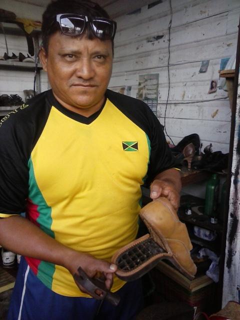 Marlúcio diz que muitas pessoas deixam o sapato na oficina e não voltam para buscar