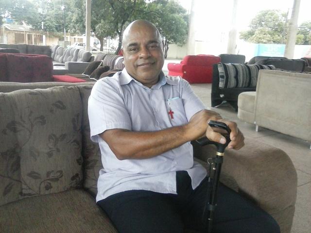 Jornalista César Bernardo, além de levar um móvel ajuda a causa do Ijoma