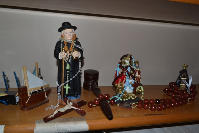 Fé em Deus: Santos e terços na sala do juiz