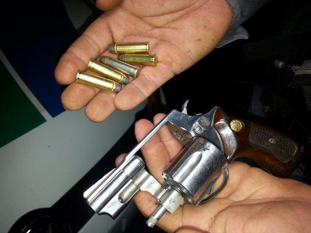 O suspeito era procurado por assalto e tinha um revólver totalmente carregado