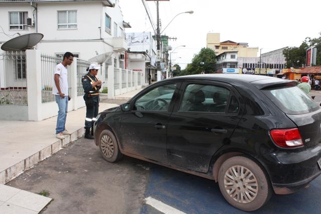 Veículo flagrado no centro da cidade estacionado em vaga para idoso e deficiente