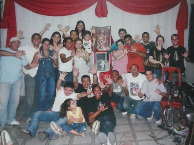 A foto registra a festa de 10 anos do programa A Hora Santa