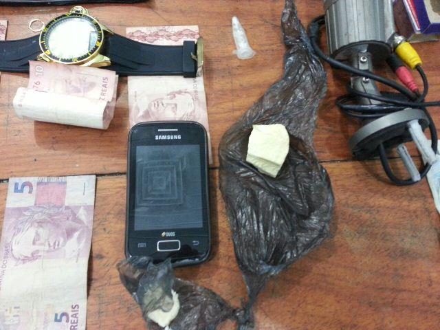 Dinheiro, câmeras e o que sobrou de uma barra de crack