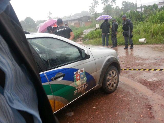 Familiares conversam com policiais do 2º Batalhão da PM que atenderam a ocorrência