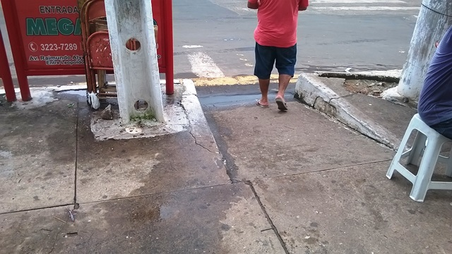 As calçadas irregulares são obstáculos para os cadeirantes