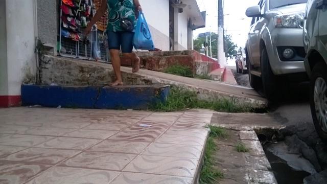 Problema de acesso nas calçadas do centro comercial de Macapá