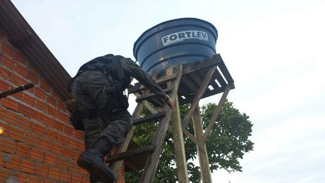 Policial do GTA vasculha caixa d'água em uma das 18 propriedades