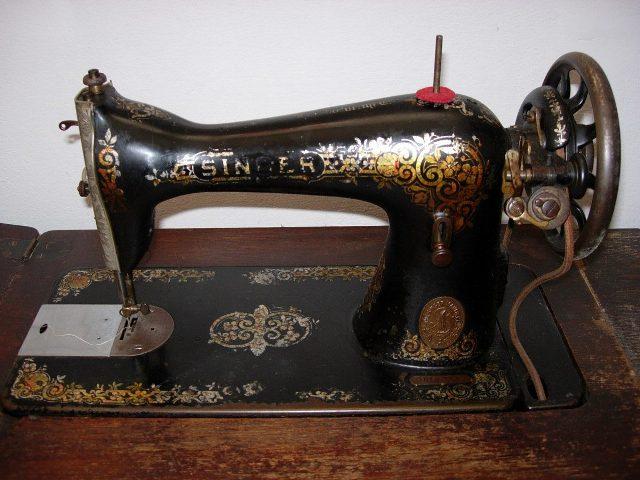 """""""Poucas vezes a vi ler, sempre enfiada em sua máquina de costura movida a pedal..."""""""
