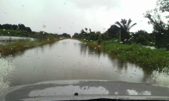 A PRF avisa aos motoristas que devem passar com cautela pelo trecho inundado