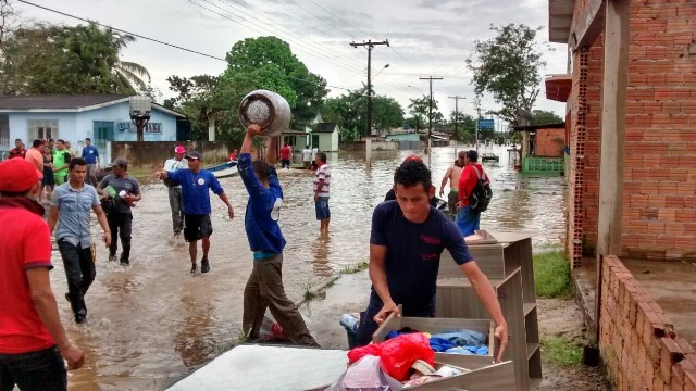 Moradores de Ferreira Gomes retiram o que podem de suas casas no dia 7 de maio