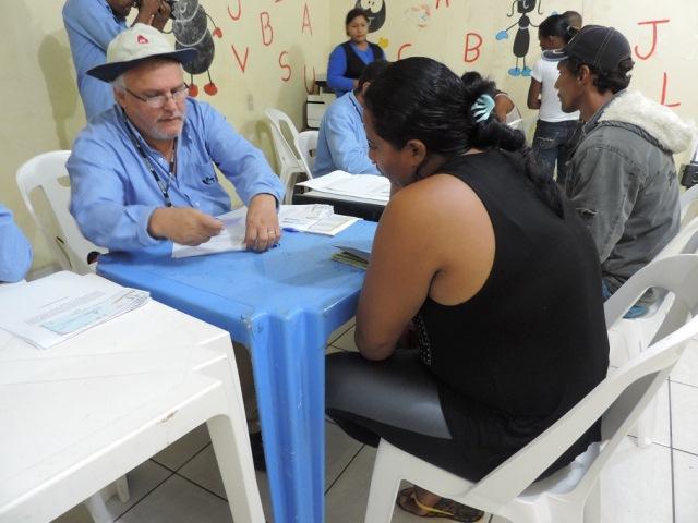 Funcionário da empresa atende família de ribeirinhos na Secretaria de Assistência Social