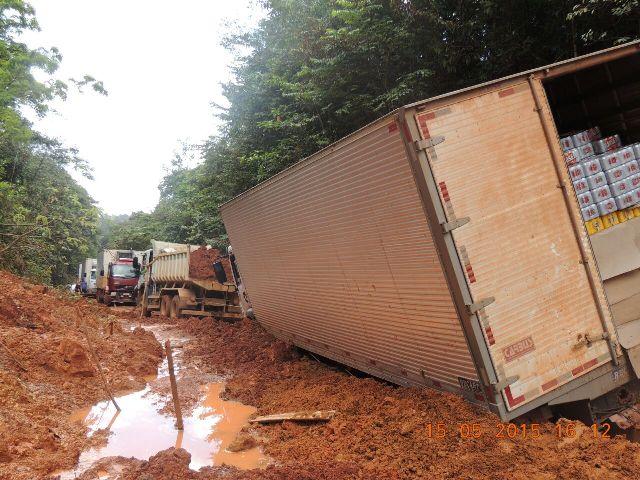 Caminhão completamente preso seguia para Oiapoque