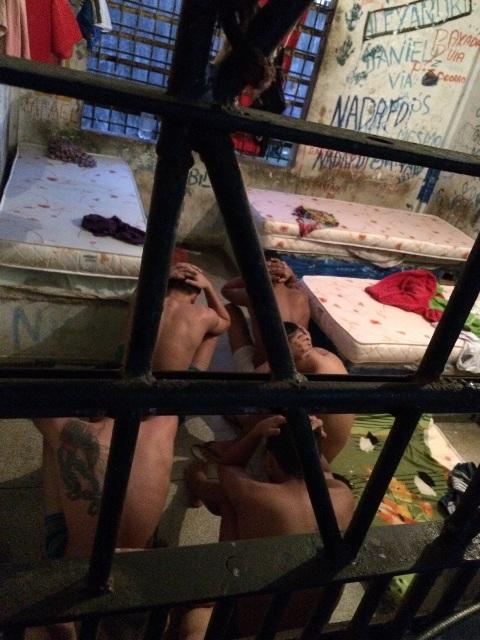 Revistas nas celas tenta encontrar armas. Fotos: Dicom/Bope