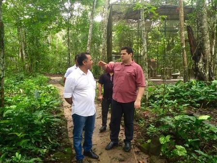 Senador Davi conversa com administrador do Parque , Márcio Pimentel. Foto: Ascom